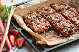 strawberry rhubarb crumble squares with fork
